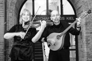 Folk gegen Krieg und Faschismus Angela Altmann: Geige, Querflöte, Gesang Peter Schenzer Irish Bouzoukis(Ex. Rotdorn): , Gesang