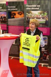 Marianne Wilke (Ehrenvorsitzende der VVN-BdA SH) präsentiert das Aktionskit der Kampagne Aufstehen gegen Rassimus